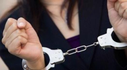 Χειροπέδες σε 54χρονη για υπεξαίρεση στη Ναύπακτο