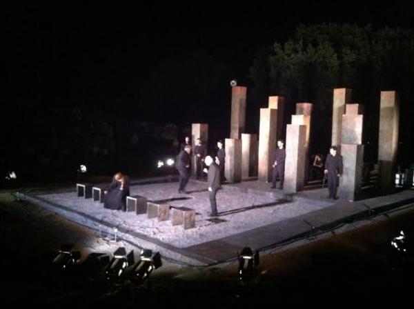 """Ημιλιπόθυμος έπαιξε το τελευταίο κομμάτι της παράστασης """"Αντιγόνη"""" στις Οινιάδες ο Νικήτας Τσακίρογλου"""