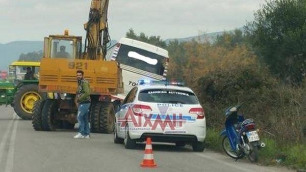 Λεωφορείο έπεσε σε αυλάκι στο Αιτωλικό (Φωτό)