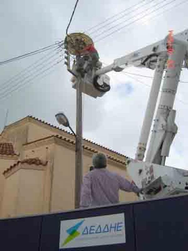 Ολοκληρώθηκε η τοποθέτηση από τη ΔΕΔΔΗΕ τεχνητής φωλιάς για πελαργούς στο Αιτωλικό