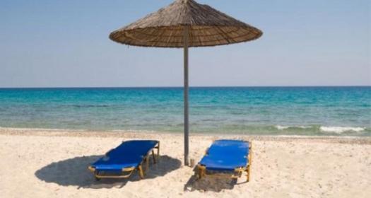 Ναύπακτος: Στο κρατητήριο επιχειρηματίες για ξαπλώστρες χωρίς άδεια