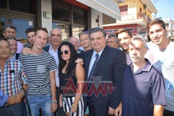Ο Β. Μεϊμαράκης με μαθητές και αποφοίτους του Λυκείου Νεοχωρίου